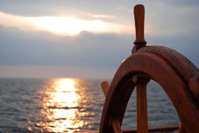 Manchmal muss man vielleichtnach Westen segeln, um nach Osten zu kommen